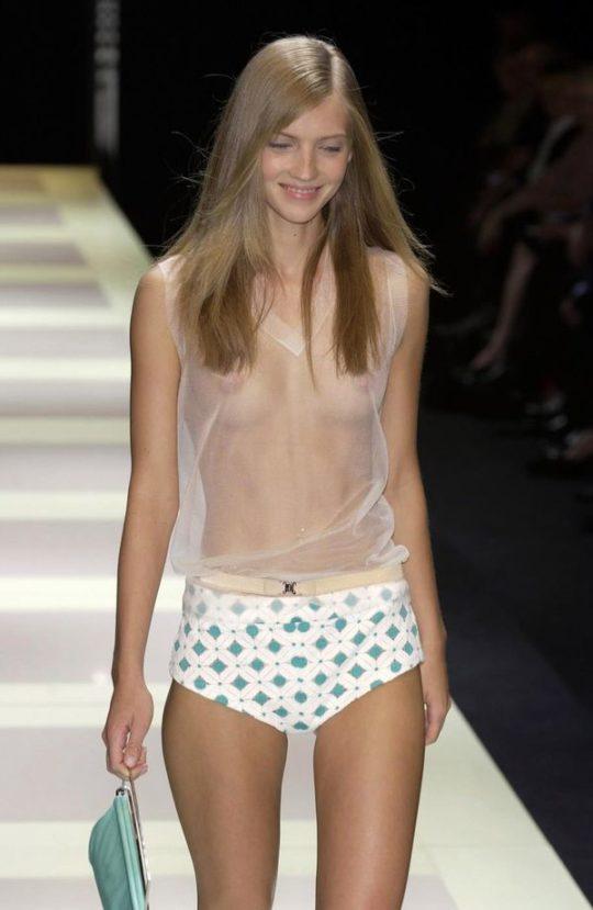 【困惑】デザイナーの言いなりのモデルまんさん、とんでもない衣装を着せられるwwwwwwwwwwwwwww(画像あり)・8枚目