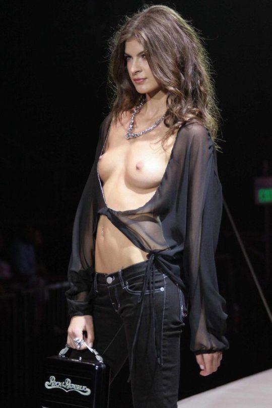 【困惑】デザイナーの言いなりのモデルまんさん、とんでもない衣装を着せられるwwwwwwwwwwwwwww(画像あり)・16枚目