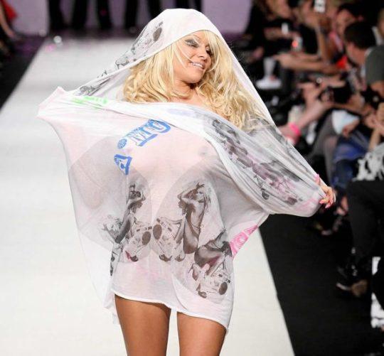 【困惑】デザイナーの言いなりのモデルまんさん、とんでもない衣装を着せられるwwwwwwwwwwwwwww(画像あり)・20枚目