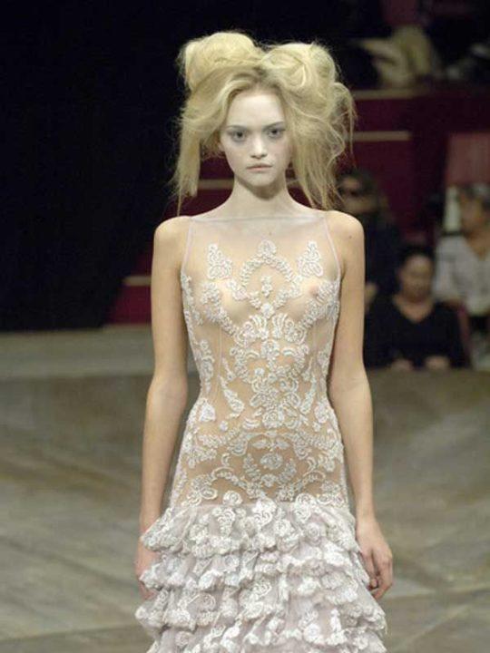 【困惑】デザイナーの言いなりのモデルまんさん、とんでもない衣装を着せられるwwwwwwwwwwwwwww(画像あり)・28枚目