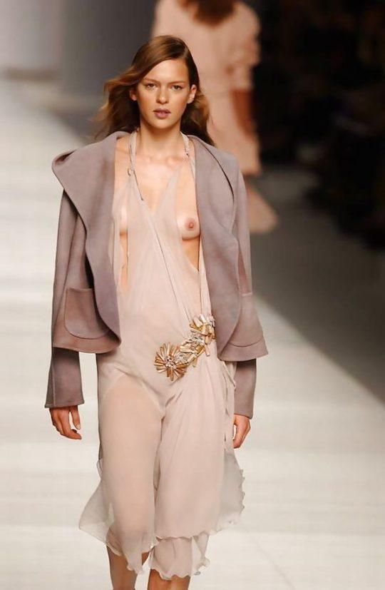 【困惑】デザイナーの言いなりのモデルまんさん、とんでもない衣装を着せられるwwwwwwwwwwwwwww(画像あり)・30枚目
