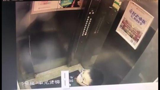 【アホ過ぎ】エレベーターのボタンに小便ブッカケた中国の少年、ボタンバグって閉じ込められるwwwwwwww(画像、GIFあり)・1枚目