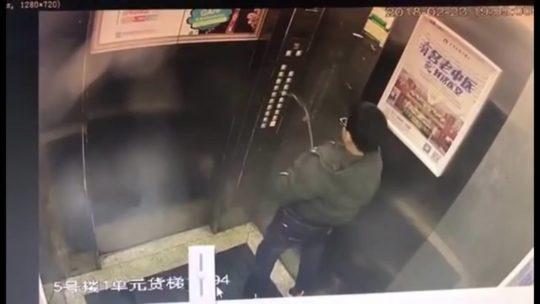【アホ過ぎ】エレベーターのボタンに小便ブッカケた中国の少年、ボタンバグって閉じ込められるwwwwwwww(画像、GIFあり)・2枚目