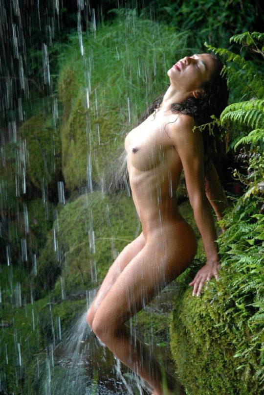 【盗撮注意】大自然で「水浴び」してる少女が撮影されるwwwwwwwwwwwwwwww(画像あり)・13枚目