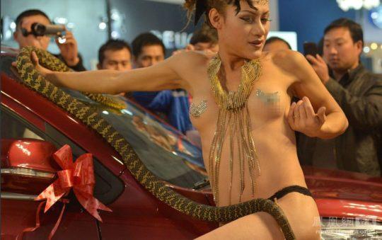 【透け過ぎ】中国のモーターショー、もはやストリップ劇場になってて草wwwwwwww(画像30枚)・1枚目