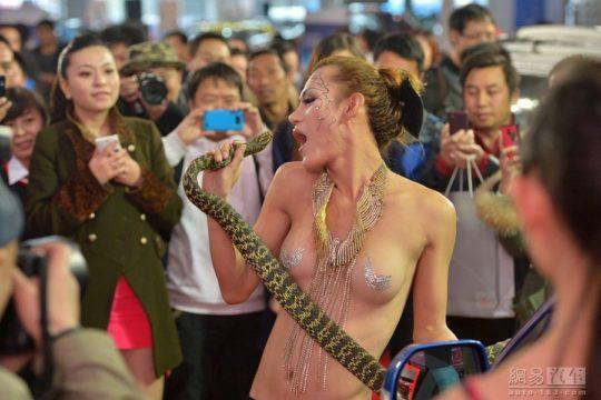 【透け過ぎ】中国のモーターショー、もはやストリップ劇場になってて草wwwwwwww(画像30枚)・2枚目