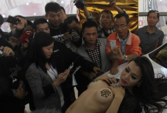 【透け過ぎ】中国のモーターショー、もはやストリップ劇場になってて草wwwwwwww(画像30枚)・8枚目