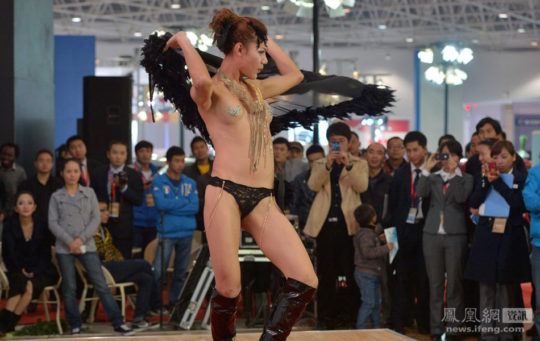 【透け過ぎ】中国のモーターショー、もはやストリップ劇場になってて草wwwwwwww(画像30枚)・11枚目