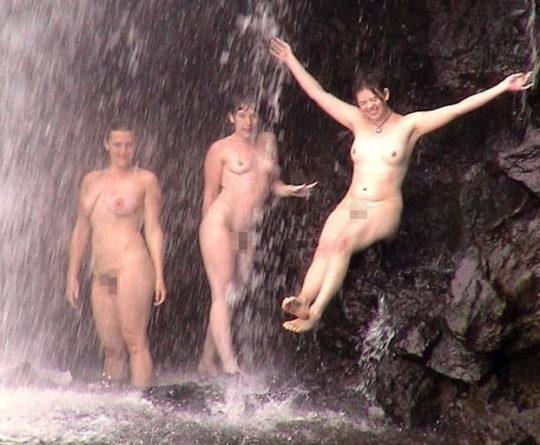 【盗撮注意】大自然で「水浴び」してる少女が撮影されるwwwwwwwwwwwwwwww(画像あり)・16枚目