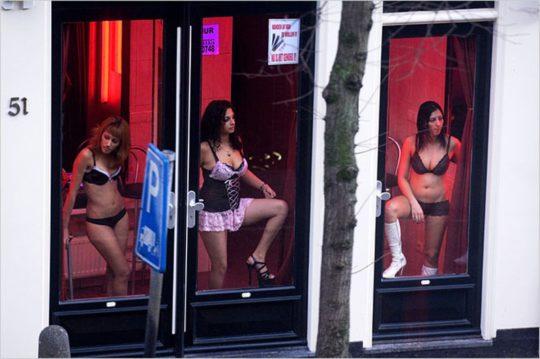 """【良心的】オランダの風俗名物""""飾り窓""""をご覧ください。このシステムええなwwwwwwwwwwwwww・1枚目"""