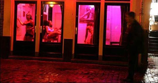 """【良心的】オランダの風俗名物""""飾り窓""""をご覧ください。このシステムええなwwwwwwwwwwwwww・4枚目"""