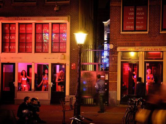 """【良心的】オランダの風俗名物""""飾り窓""""をご覧ください。このシステムええなwwwwwwwwwwwwww・6枚目"""