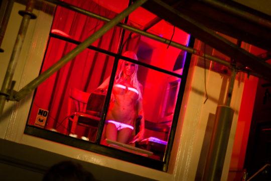 """【良心的】オランダの風俗名物""""飾り窓""""をご覧ください。このシステムええなwwwwwwwwwwwwww・10枚目"""