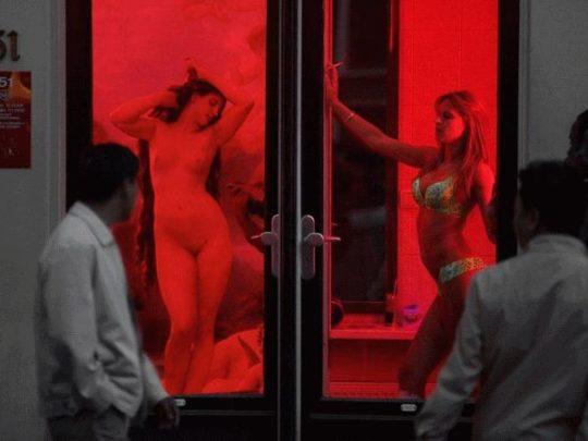"""【良心的】オランダの風俗名物""""飾り窓""""をご覧ください。このシステムええなwwwwwwwwwwwwww・12枚目"""