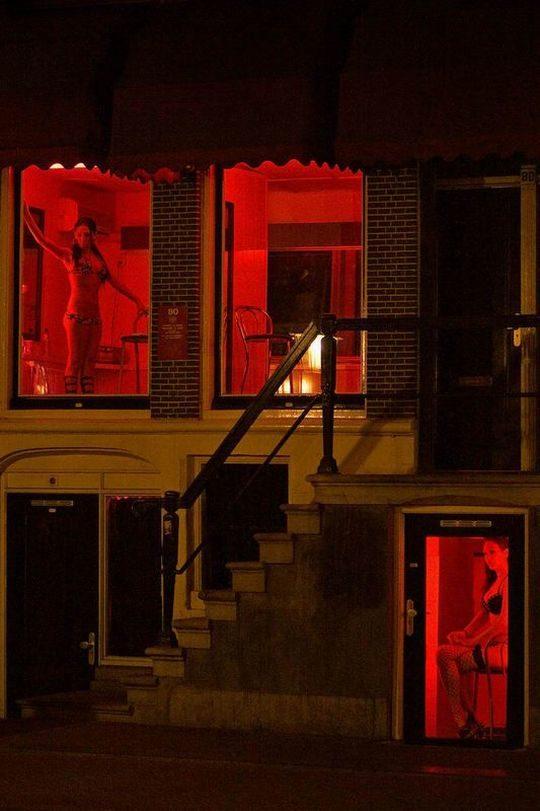 """【良心的】オランダの風俗名物""""飾り窓""""をご覧ください。このシステムええなwwwwwwwwwwwwww・16枚目"""