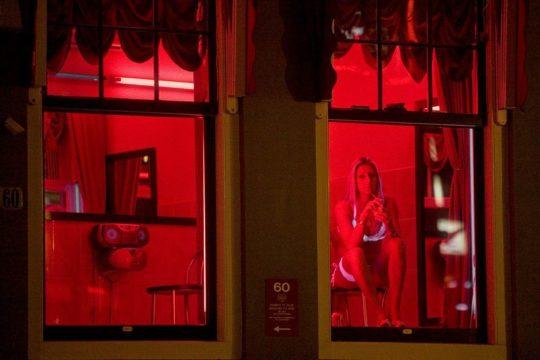 """【良心的】オランダの風俗名物""""飾り窓""""をご覧ください。このシステムええなwwwwwwwwwwwwww・18枚目"""