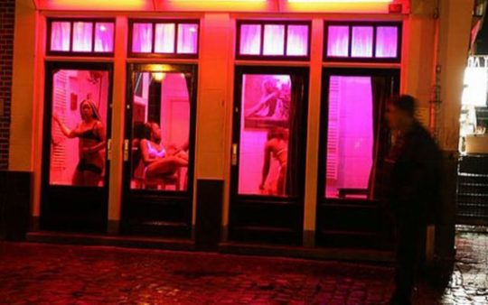 """【良心的】オランダの風俗名物""""飾り窓""""をご覧ください。このシステムええなwwwwwwwwwwwwww・24枚目"""