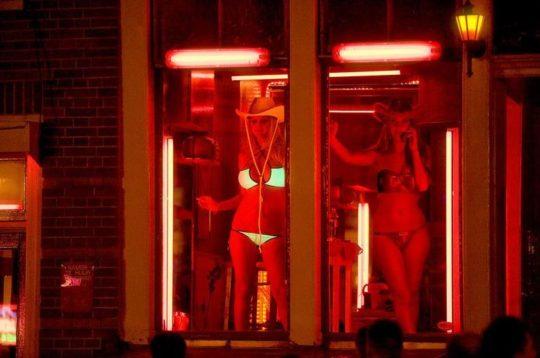 """【良心的】オランダの風俗名物""""飾り窓""""をご覧ください。このシステムええなwwwwwwwwwwwwww・25枚目"""