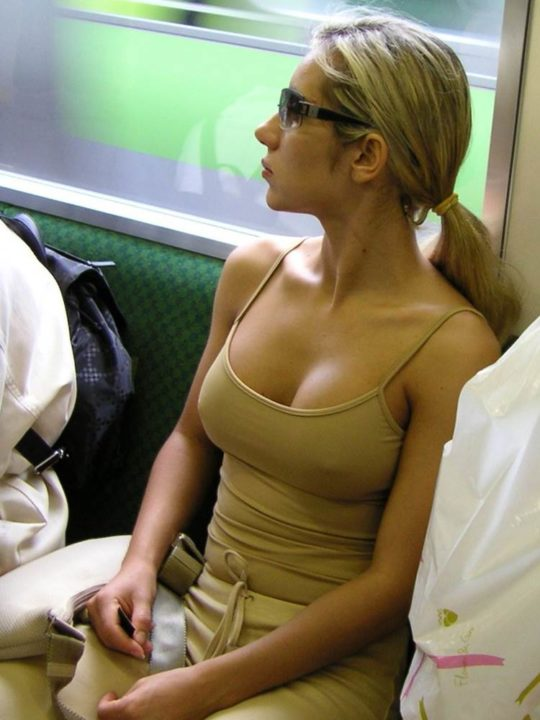 【エロ画像】海外のタンクトップ女子を上から見るとコレが見れるんだってwwwwww・18枚目