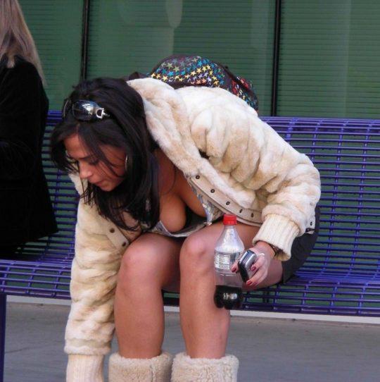 【エロ画像】海外のタンクトップ女子を上から見るとコレが見れるんだってwwwwww・21枚目