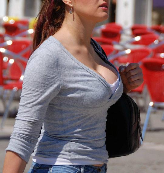 【エロ画像】海外のタンクトップ女子を上から見るとコレが見れるんだってwwwwww・25枚目
