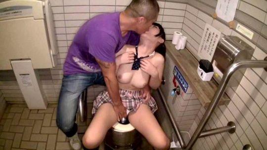 【胸糞注意】身障者用トイレ使ってレイプされる少女、地べたで犯される・・・(画像あり)・3枚目