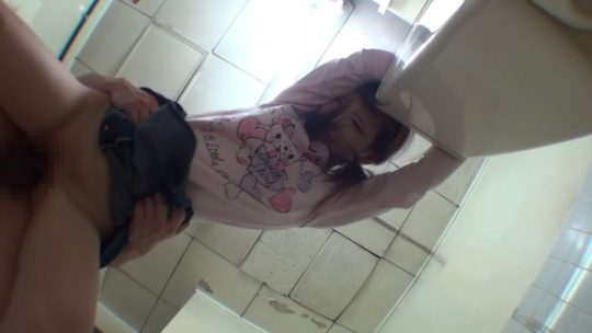 【胸糞注意】身障者用トイレ使ってレイプされる少女、地べたで犯される・・・(画像あり)・4枚目