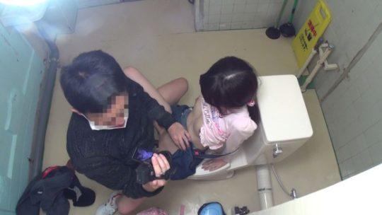 【胸糞注意】身障者用トイレ使ってレイプされる少女、地べたで犯される・・・(画像あり)・8枚目