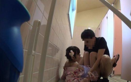 【胸糞注意】身障者用トイレ使ってレイプされる少女、地べたで犯される・・・(画像あり)・23枚目