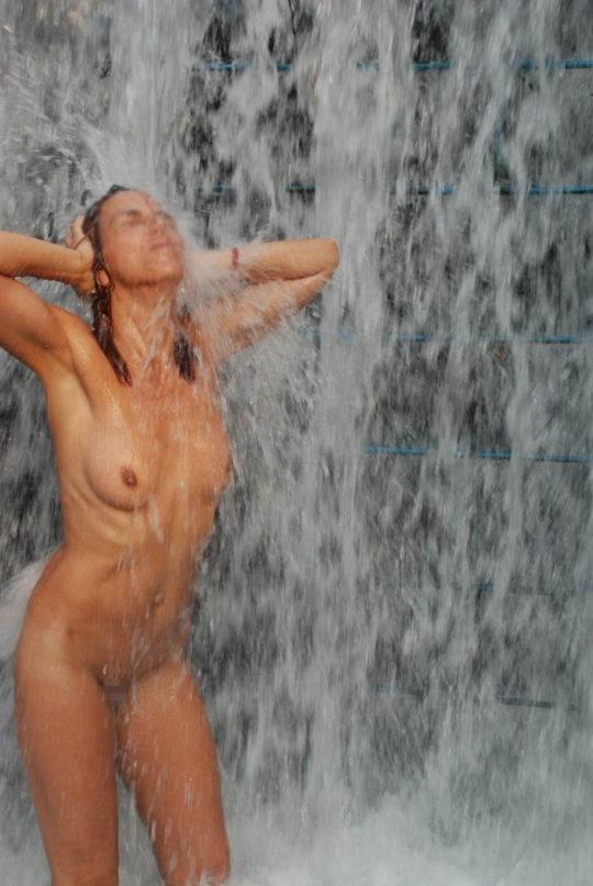 【盗撮注意】大自然で「水浴び」してる少女が撮影されるwwwwwwwwwwwwwwww(画像あり)・3枚目