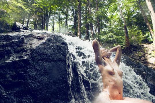 【盗撮注意】大自然で「水浴び」してる少女が撮影されるwwwwwwwwwwwwwwww(画像あり)・7枚目