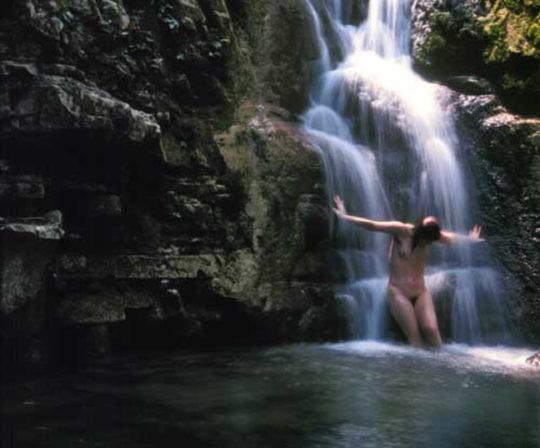【盗撮注意】大自然で「水浴び」してる少女が撮影されるwwwwwwwwwwwwwwww(画像あり)・9枚目