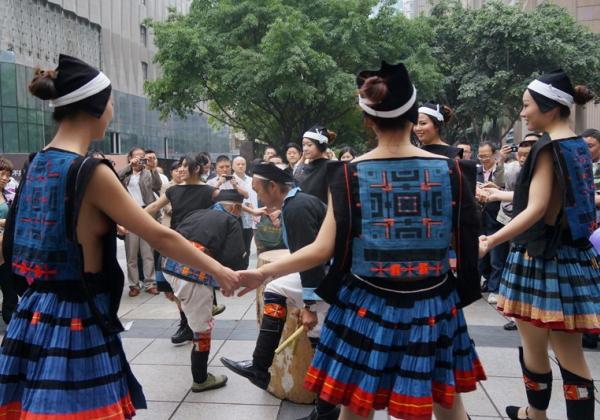 (※民族えろ)美10代小娘揃いの中国の少数民族、衣装がえろすぎて話題にwwwwwwwwwwwwwwwwwwwwww(写真あり)