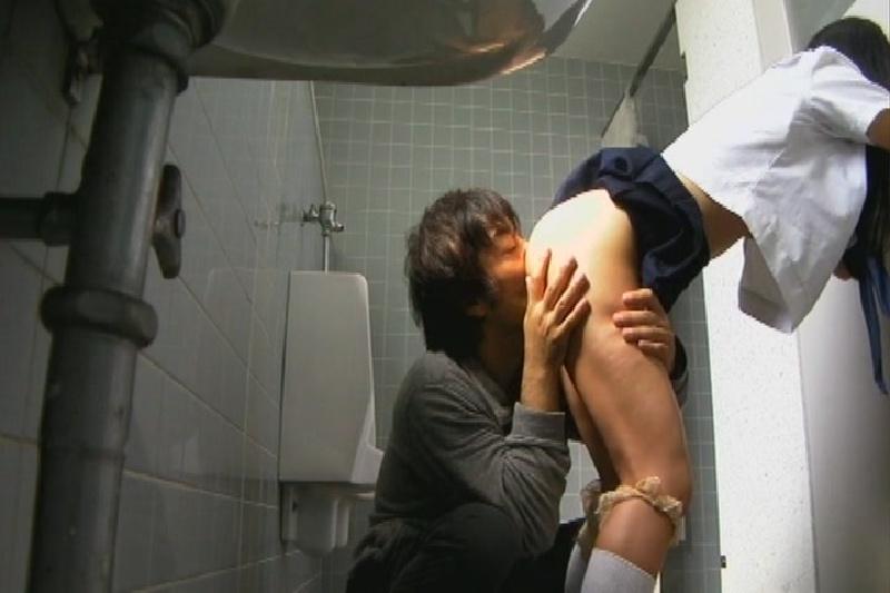 【節約精神】身障者用トイレが無いので男子便所で客をとるJKまんさん、ちょいちょいレイプっぽいのが混ざってて草wwwwwwww(画像あり)