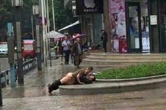 【危険過ぎ】外国人露出性癖ニキのエクストリーム路上セックス、死ぬぞwwwwwwwww(画像あり)・2枚目