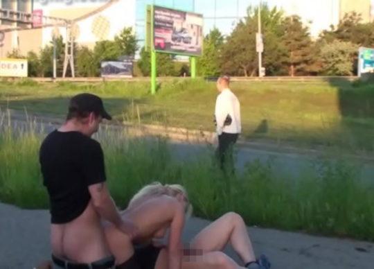 【危険過ぎ】外国人露出性癖ニキのエクストリーム路上セックス、死ぬぞwwwwwwwww(画像あり)・13枚目