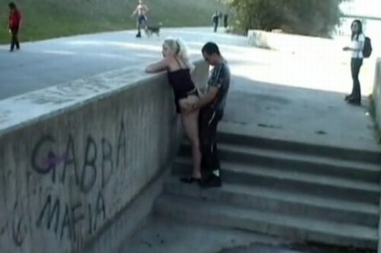 【危険過ぎ】外国人露出性癖ニキのエクストリーム路上セックス、死ぬぞwwwwwwwww(画像あり)・14枚目