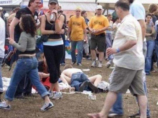 【危険過ぎ】外国人露出性癖ニキのエクストリーム路上セックス、死ぬぞwwwwwwwww(画像あり)・17枚目
