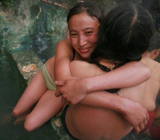 【盗撮?】中国山岳地帯の露天風呂、おっぱい丸出しなのに堂々と写真撮っててワロタwwwwwwww(画像あり)・2枚目