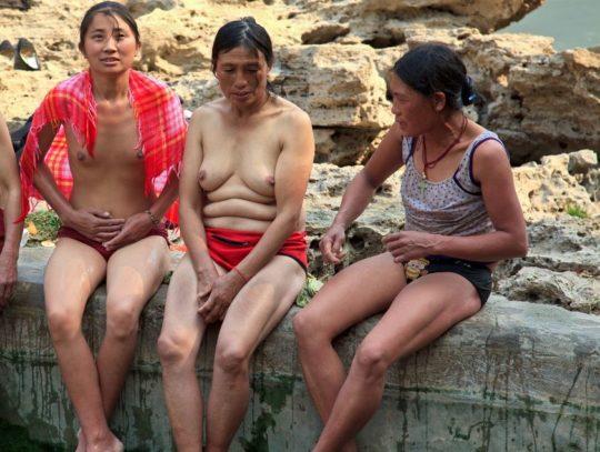 【盗撮?】中国山岳地帯の露天風呂、おっぱい丸出しなのに堂々と写真撮っててワロタwwwwwwww(画像あり)・4枚目