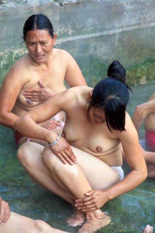 【盗撮?】中国山岳地帯の露天風呂、おっぱい丸出しなのに堂々と写真撮っててワロタwwwwwwww(画像あり)・9枚目