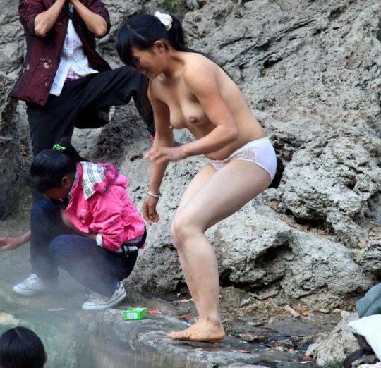 【盗撮?】中国山岳地帯の露天風呂、おっぱい丸出しなのに堂々と写真撮っててワロタwwwwwwww(画像あり)・10枚目