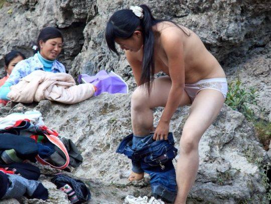 【盗撮?】中国山岳地帯の露天風呂、おっぱい丸出しなのに堂々と写真撮っててワロタwwwwwwww(画像あり)・11枚目