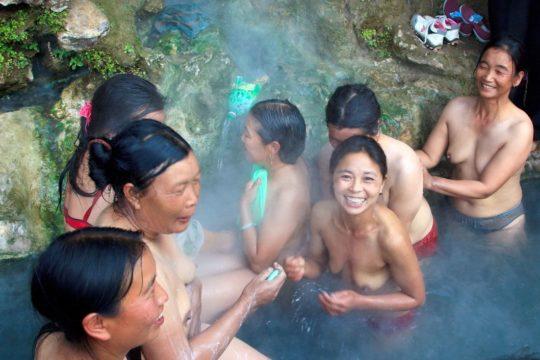 【盗撮?】中国山岳地帯の露天風呂、おっぱい丸出しなのに堂々と写真撮っててワロタwwwwwwww(画像あり)・12枚目