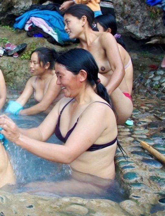 【盗撮?】中国山岳地帯の露天風呂、おっぱい丸出しなのに堂々と写真撮っててワロタwwwwwwww(画像あり)・15枚目