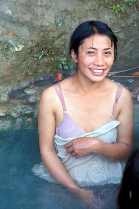 【盗撮?】中国山岳地帯の露天風呂、おっぱい丸出しなのに堂々と写真撮っててワロタwwwwwwww(画像あり)・16枚目