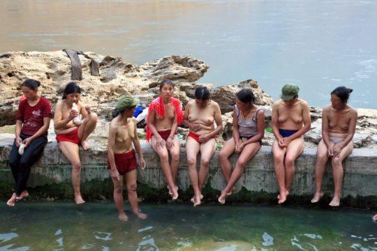 【盗撮?】中国山岳地帯の露天風呂、おっぱい丸出しなのに堂々と写真撮っててワロタwwwwwwww(画像あり)・19枚目