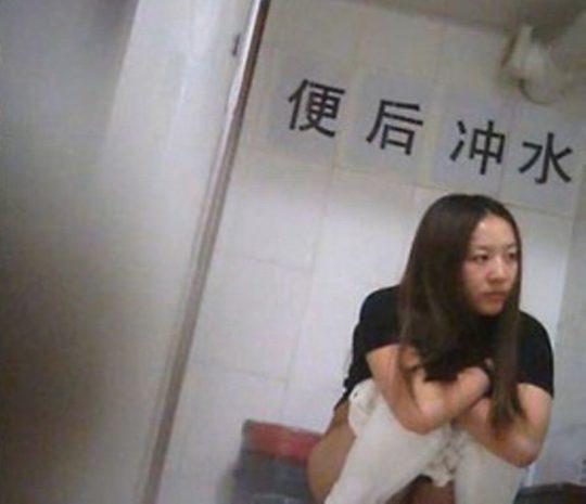 """【オープン盗撮】これが中国伝統の""""ニーハオトイレ""""、完全に目が合っててワロタwwwwwwww(画像あり)・10枚目"""