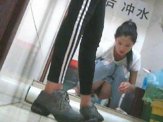 """【オープン盗撮】これが中国伝統の""""ニーハオトイレ""""、完全に目が合っててワロタwwwwwwww(画像あり)・12枚目"""