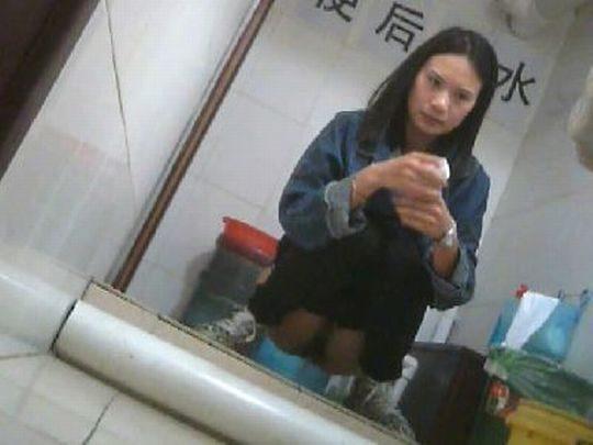 """【オープン盗撮】これが中国伝統の""""ニーハオトイレ""""、完全に目が合っててワロタwwwwwwww(画像あり)・13枚目"""